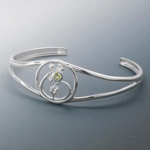 bracelet, cuff, sterling silver and peridot (natural), 4mm faceted round, 5-23mm tapered band, 7 inches. sold individually.
